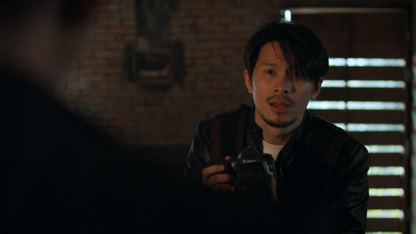 姚淳耀主演《鏡子森林》社會記者「侯方平」,涉險進入刑案現場採訪。(圖/公視)