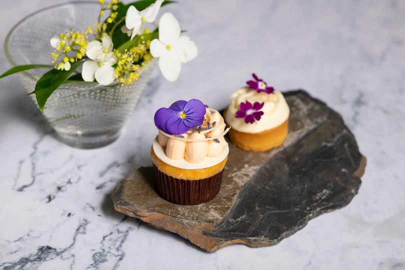 南投枇杷薰衣草杯子蛋糕(左)和枇杷杏仁奶油薄餅。(圖/香格里拉台北遠東國際大飯店提供)