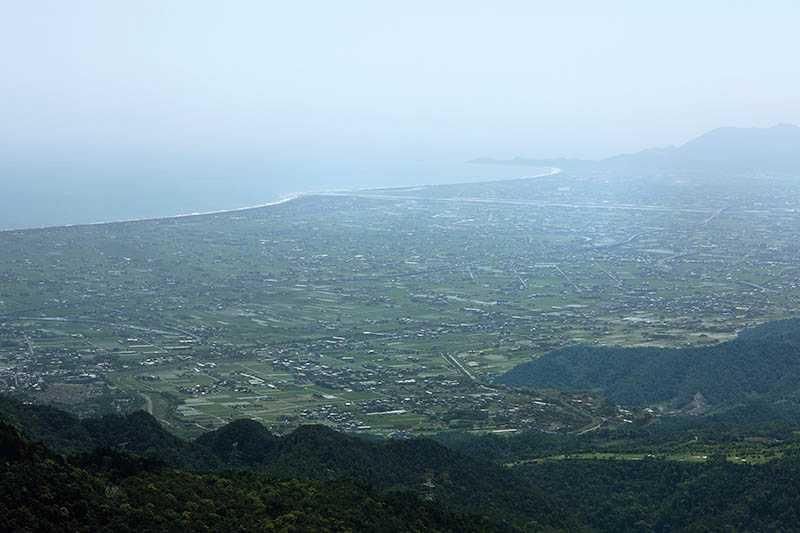 在抹茶山頂遠眺蘭陽平原,心情無比暢快。(圖/于魯光攝)