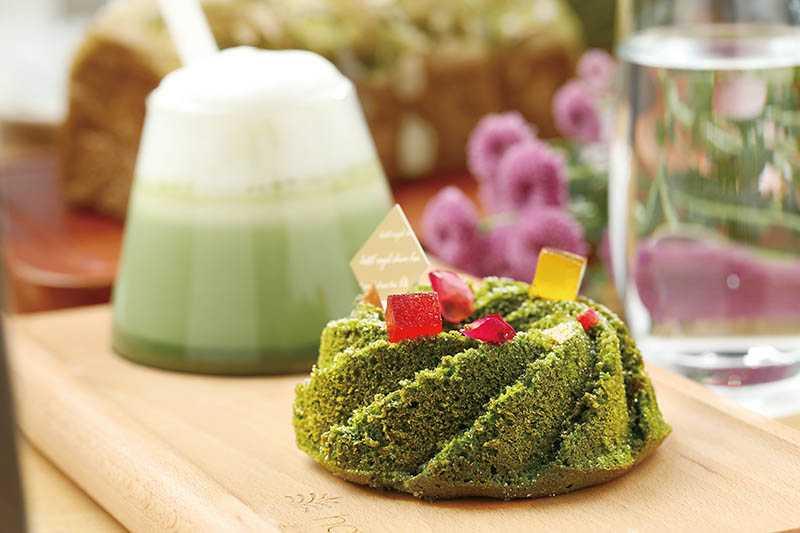「礁溪老爺酒店」的「相思抹茶磅蛋糕」及「紅豆抹茶拿鐵」,靈感來自抹茶山。(各180元)(圖/于魯光攝)