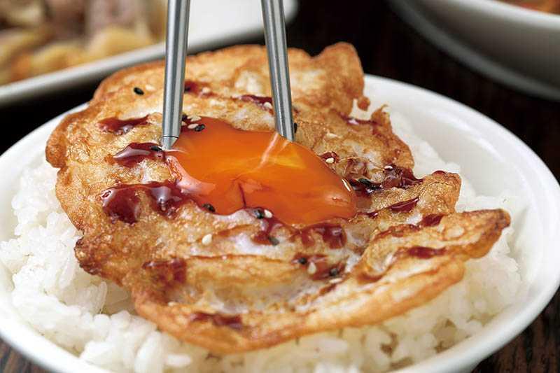 煎得恰到好處的「DHA荷包蛋」,與合鴨米飯是絕配。(30元)(圖/于魯光攝)