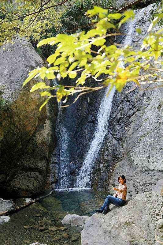 因猴洞坑溪的落差形成的瀑布,與一旁巨石相映,景致秀麗。(圖/于魯光攝)