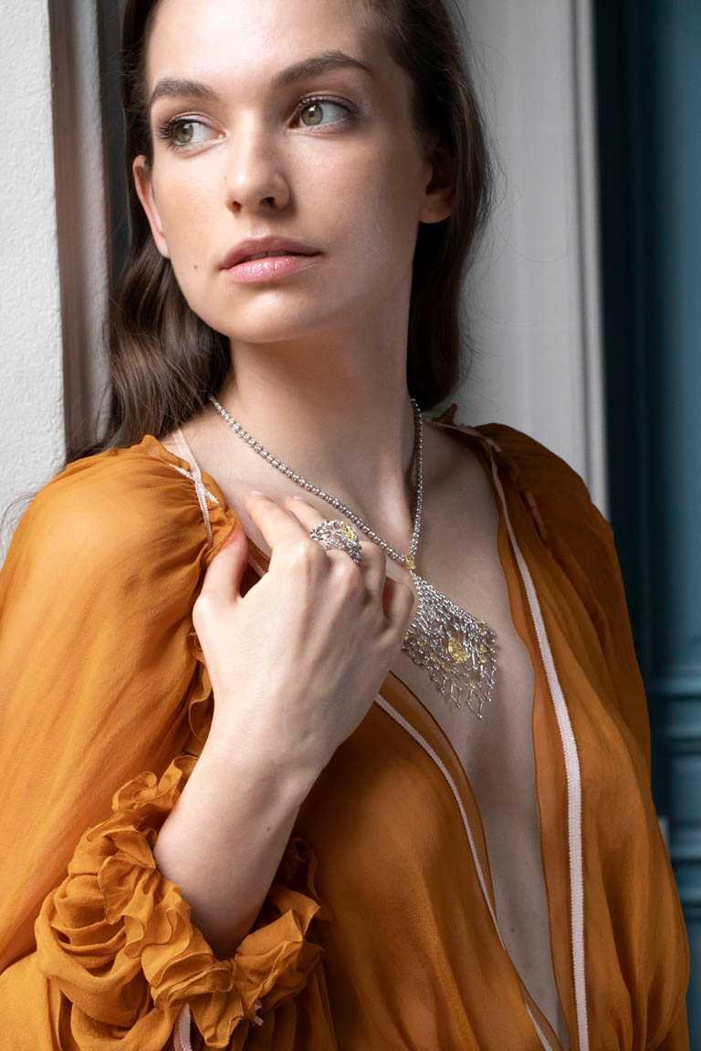 CHAUMET「Perspective de Chaumet系列」,LACIS項鍊、戒指╱18K白金、黃鑽、白鑽。(圖╱CHAUMET提供)