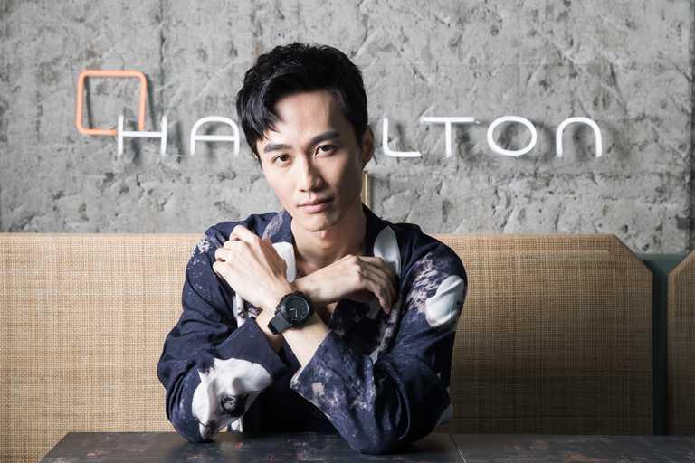 音樂才子李英宏,佩戴漢米爾頓「Khaki Navy BeLOWZERO」特別版腕錶,展現「水哥」專屬帥氣風尚。(圖╱HAMILTON提供)