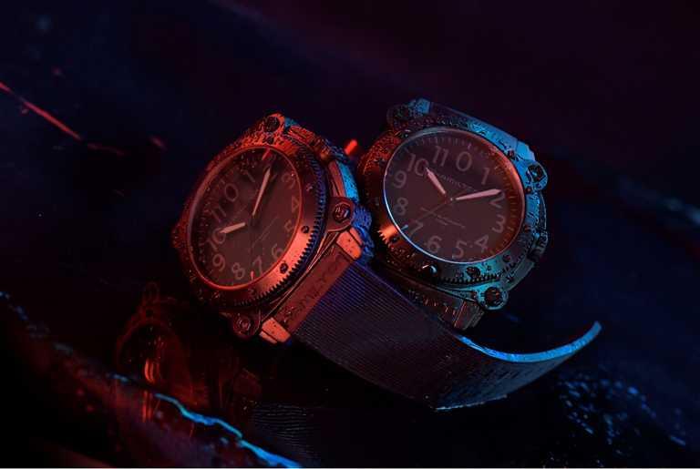 漢米爾頓「Khaki Navy BeLOWZERO」特別版腕錶,採用質感輕盈的鈦金屬錶殼,配備藍色或紅色尖頭秒針,象徵電影經典配色。(圖╱HAMILTON提供)