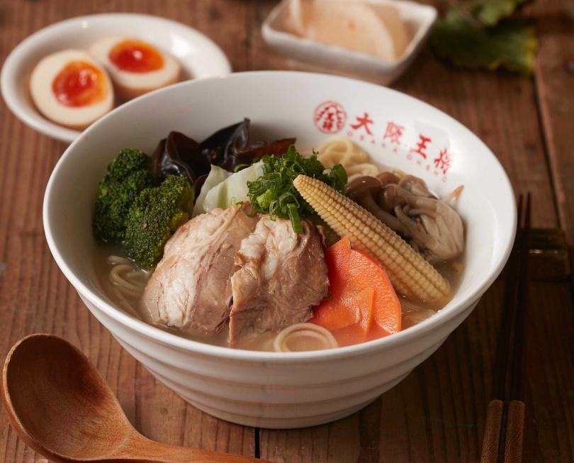雞骨熬煮的湯底,再加上野菜調味,口感清甜。