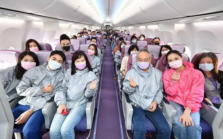 防護衣發布會特別包下華航專機,親自體驗在機上穿著防護衣,品牌並首創空中走秀。(圖/明基材料)