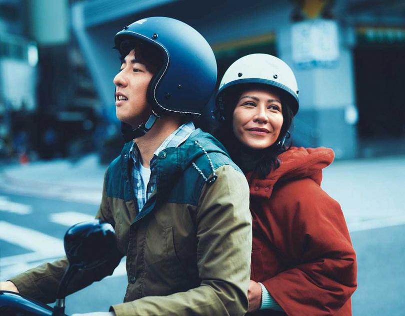 艾怡良與傅孟柏在片中有曖昧情愫,導演形容拍片現場全是粉紅泡泡,感覺很甜蜜。(圖/華納兄弟提供)