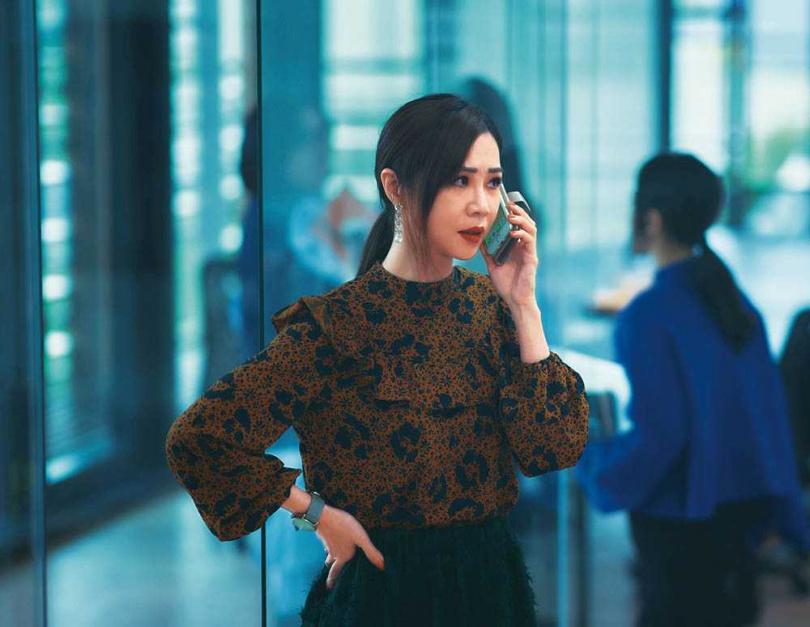 有別於《誰先愛上他的》裡的中年婦女形象,謝盈萱在新片中亮麗現身。(圖/華納兄弟提供)