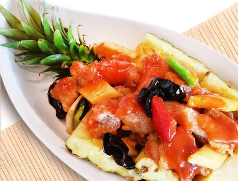 香格里拉台南遠東飯店「醉月樓」鳳梨醋溜文昌雞,嚴選低脂肪的文昌雞製作。