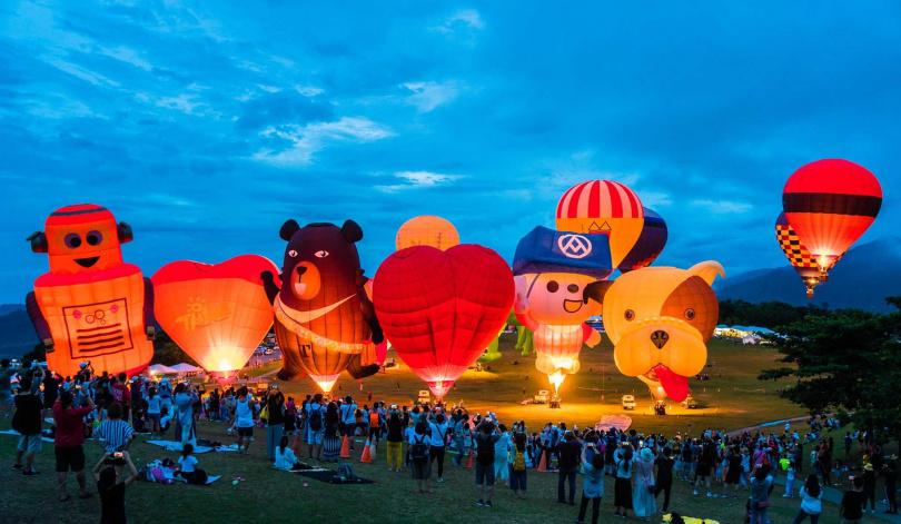 晚間的熱氣球光雕音樂會,今年將舉辦七場。(圖/台東縣政府提供)
