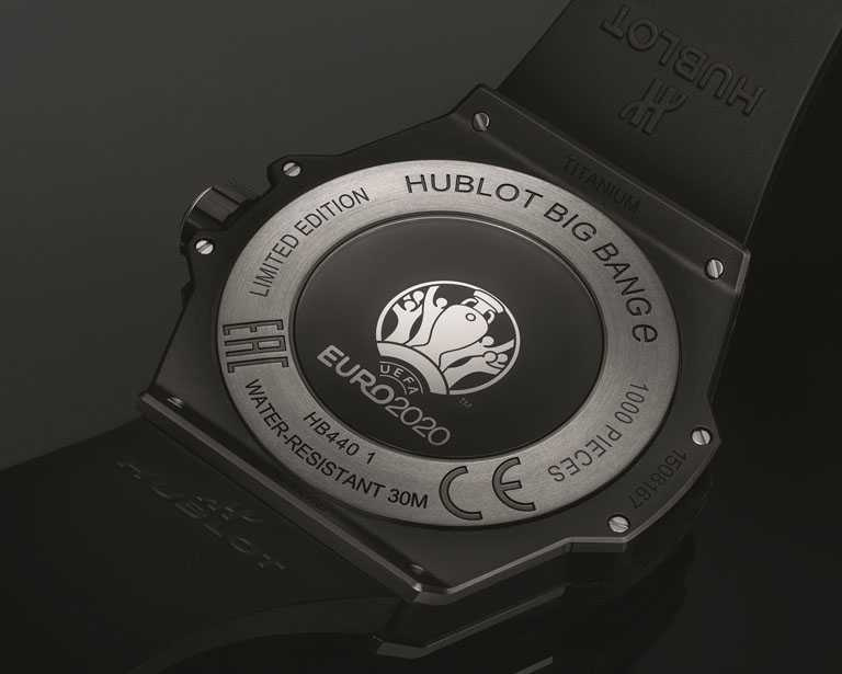 HUBLOT「Big Bang e UEFA Euro 2020」 歐洲盃智能錶,緞面打磨鈦金屬錶背,鑄刻「Limited Edition 1000 Pieces」字樣,限量1,000只╱180,000元。(圖╱HUBLOT提供)。