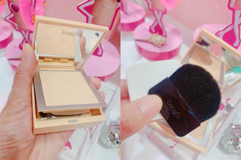 蜜粉餅刷跟海綿都巧妙的藏於餅盒下方,完全不佔空間。