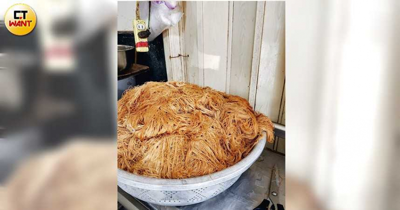 店家採用的「麵線」略為乾澀,較能久浸於湯中,與鴨肉口感合拍。(30元/份)(攝影/高靜玉)