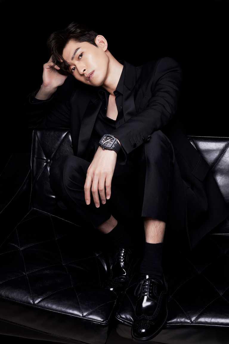 大陸個性演員張翰,帥氣演繹HUBLOT「Spirit of Big Bang Meca-10系列」魔力黑款腕錶。(圖╱HUBLOT提供)