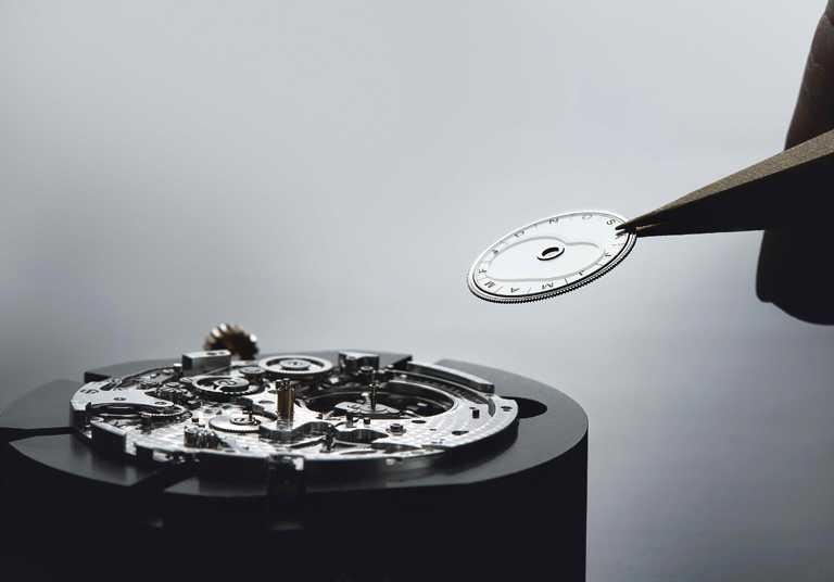用以嵌置陀飛輪機芯的藍寶石透明圓盤,外緣刻有時間等式月份。(圖╱BREGUET提供)