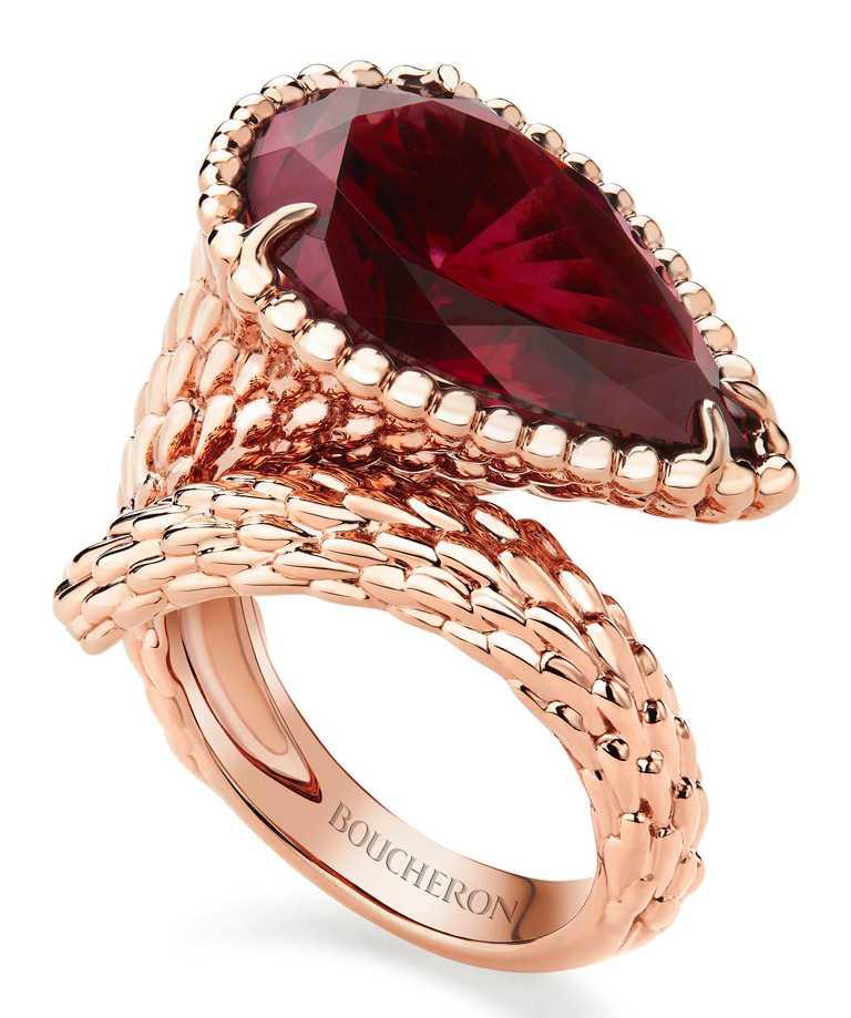 BOUCHERON「Serpent Bohème系列」玫瑰金戒指,鑲嵌1顆梨形切割紅榴石(約10.91克拉)╱367,000元。(圖╱BOUCHERON提供)