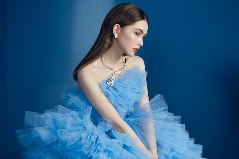 昆凌在首波形象照化身甜美公主,佩戴BOUCHERON「Plume de Paon孔雀羽毛系列」問號項鍊、耳環與戒指,襯托華麗氣勢。(圖╱BOUCHERON提供)
