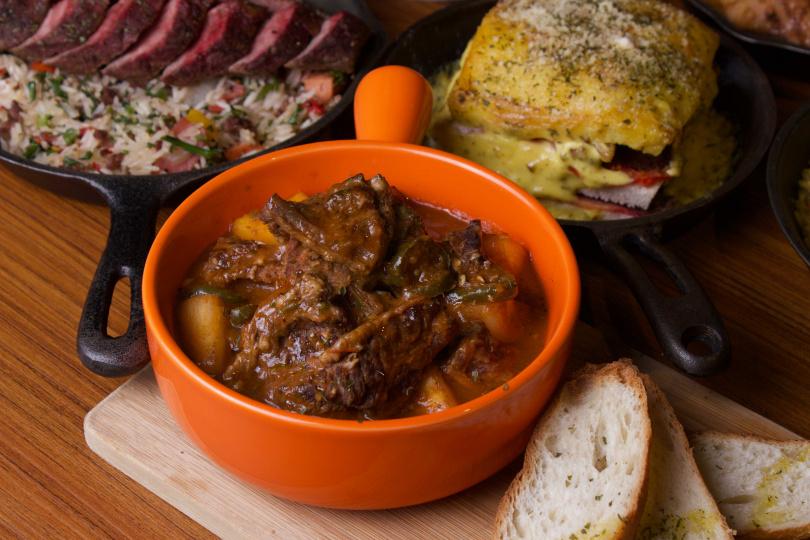 香料木薯燉牛肉是最著名的燉肉料理之一,在烹調時會加入番茄、洋蔥、大蒜一起慢燉。