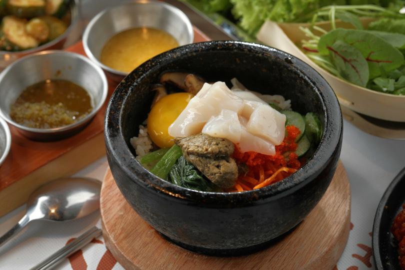 北海道干貝蟹膏石鍋拌飯」放上生食等級干貝與松葉蟹膏,倒入韓國醬油拌勻,還能吃到微焦鍋巴。(350元)