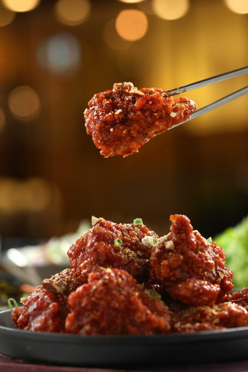 「韓式甜辣炸雞」講究炸粉與醬料比例,冷了也不會皮肉分離,上桌前還會灑上堅果增添口感與香氣。(320元)