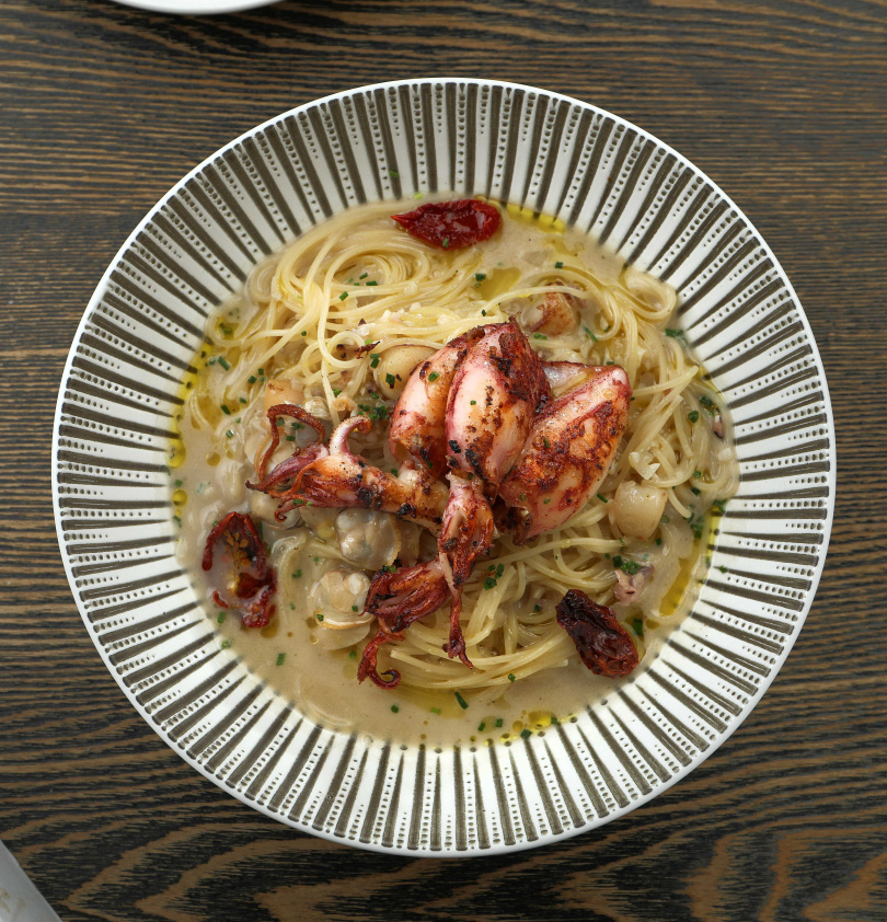 靈感來自小卷米粉的「煙燻在地小卷天使麵」,用滿滿台灣豐富的海鮮食材燒出鮮醬汁,搭配現煎小卷。