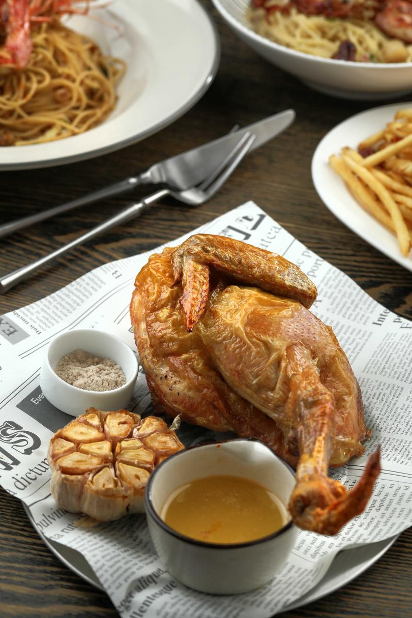 「煙燻冷燻紅玉雞小腿斧頭」特選南投日月潭地區養殖的紅玉雞,冷燻後雞肉還帶著紅玉茶香,外皮香酥薄脆,肉質鮮嫩多汁。