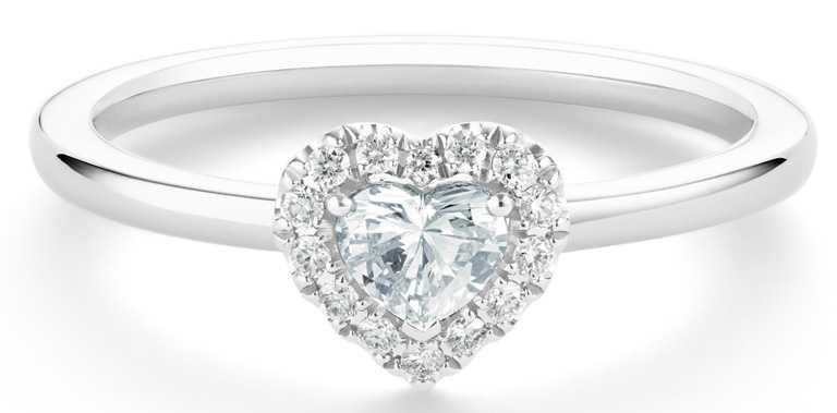 DE BEERS「My First De Beers」系列,Aura鉑金心形鑽石戒指,主鑽0.20克拉,總重0.30克拉╱87,000元。(圖╱DE BEERS提供)