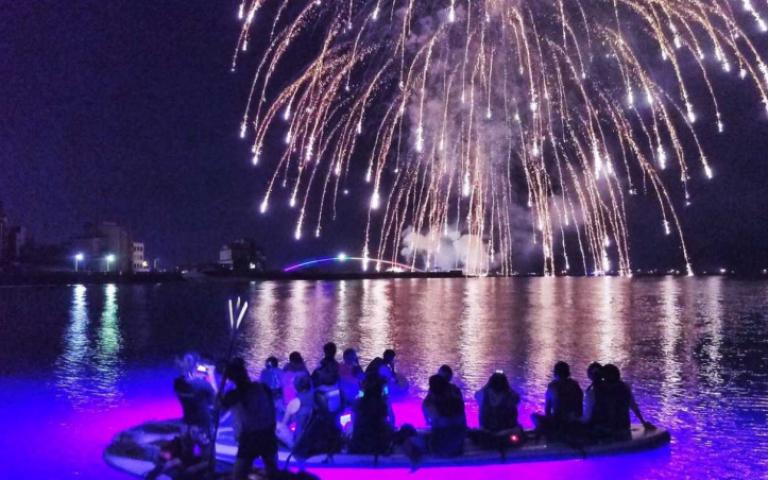 不想人擠人看澎湖花火節? 那就到海上欣賞吧!