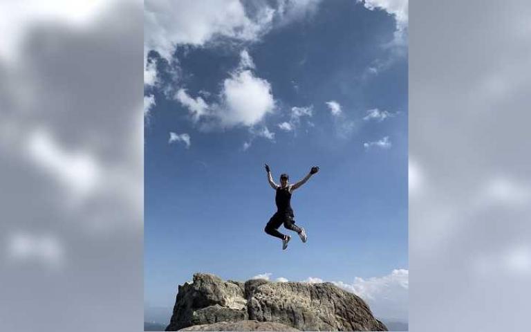 登山客驚恐尖叫! 張洛偍懸石上一跳:哥有練過