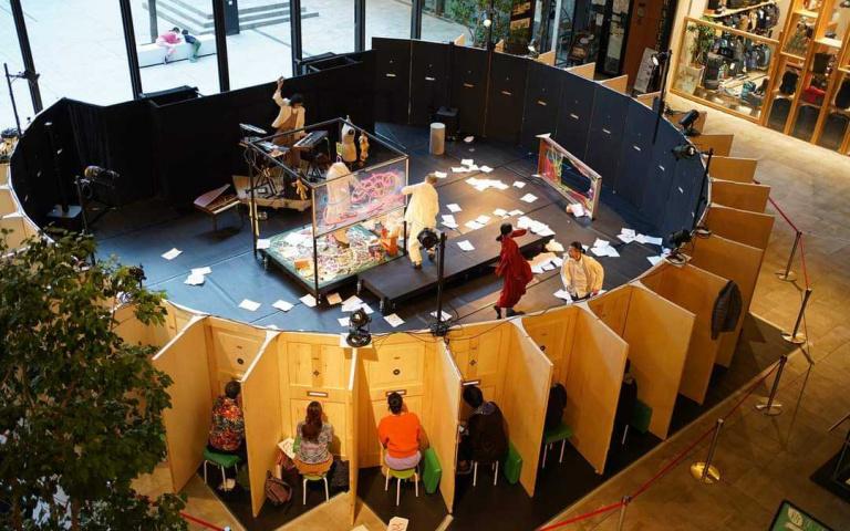防疫出奇招!日本劇團採「太陽式座位」,欣賞表演得從縫隙「瞇眼看」!