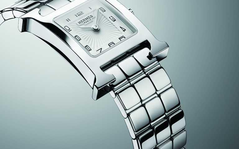 跳脫經典時計框架!愛馬仕「HEURE H」腕錶換上流暢金屬鍊帶 變身H Logo精鋼時尚手環