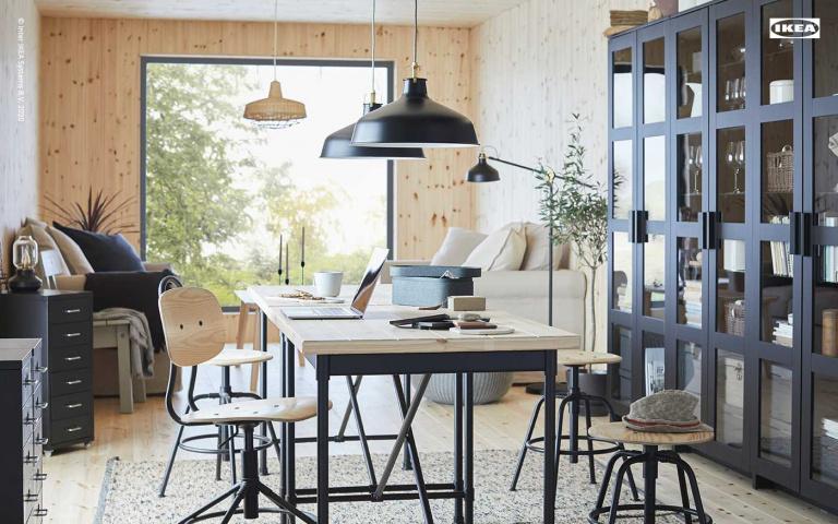 家裡亂到不好意思見人?就套用IKEA的虛擬背景來進行視訊會議吧