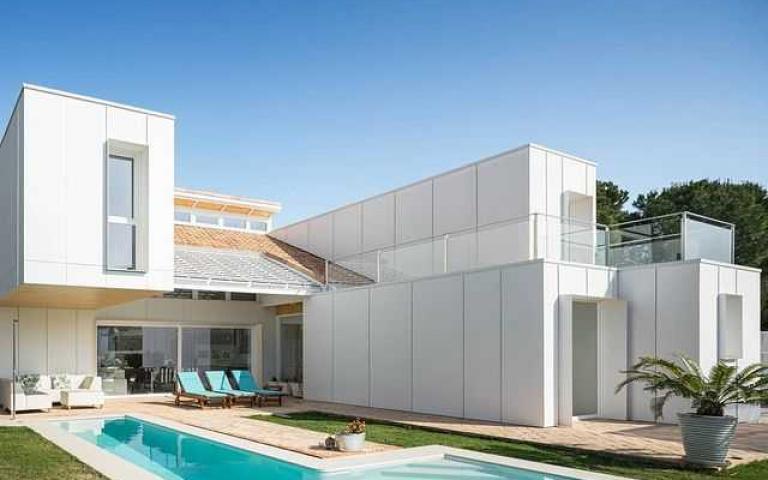 這是貨櫃改建的你信嗎?不起眼的廢棄物們竟成絕美「純白陽光泳池Villa」!