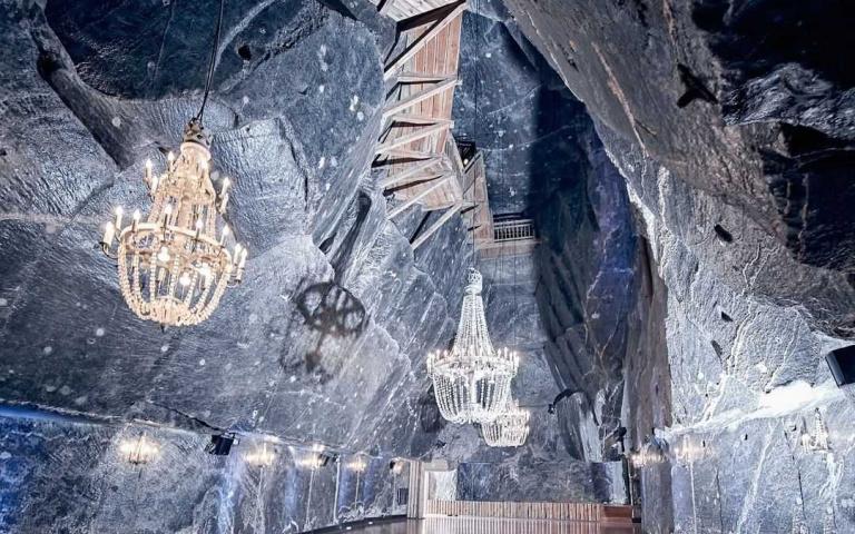 鹽礦也能美哭你!宛如深埋於地底的「華麗宮殿」,連地板都是用鹽雕刻而成!