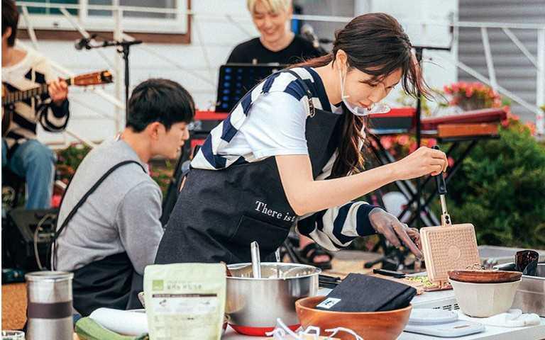 李智雅圈粉女童好意外 《盼望的大海》改當大廚研發新菜