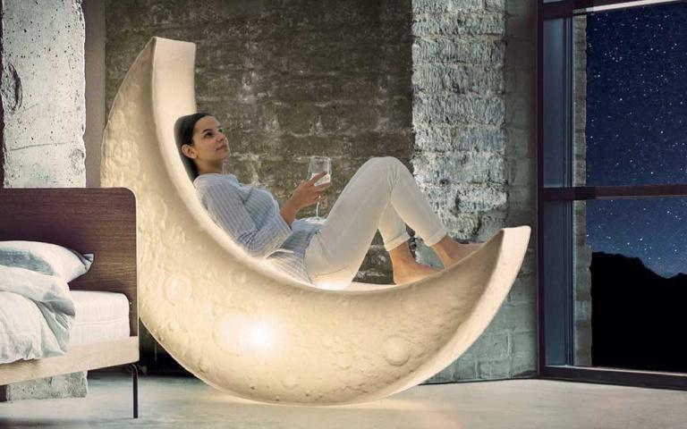 終於能睡在月亮上!超浪漫「彎月夜燈躺椅」打造度假氛圍,「室外也能用」數著星星入睡吧!