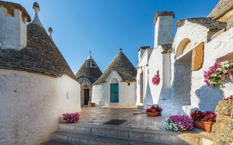 為了「避稅」造就了最有童話感的世界遺產?義大利的灰白「蘑菇村」