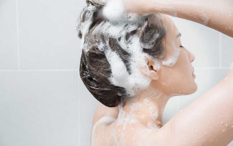專家提醒5種NG洗髮行為都會讓頭皮屑、掉髮問題更嚴重!就連冬天想用熱一點的水洗頭也不行?