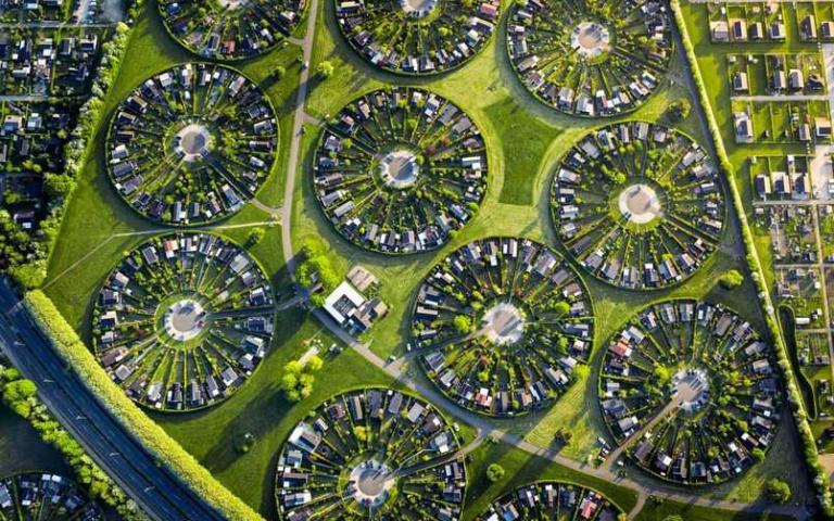 彷彿麥田圈的「同心圓社區」!丹麥Brøndby Haveby花園城市