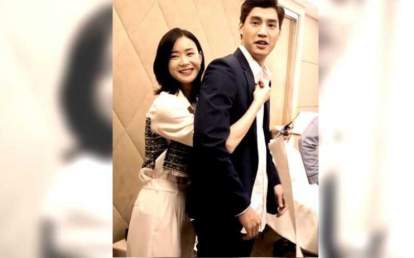 鍾瑶超主動「從背後環抱」 羅宏正任她擺布