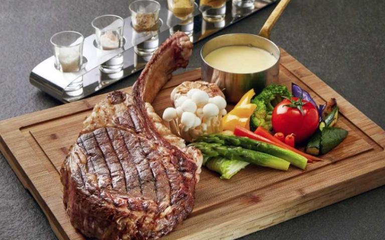 肉食控請注意!戰斧牛排任你吃VS.肋眼牛排生蠔宴 我全都要