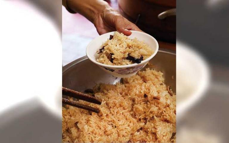 【透早呷台味2】阿萬油飯 醬汁提味