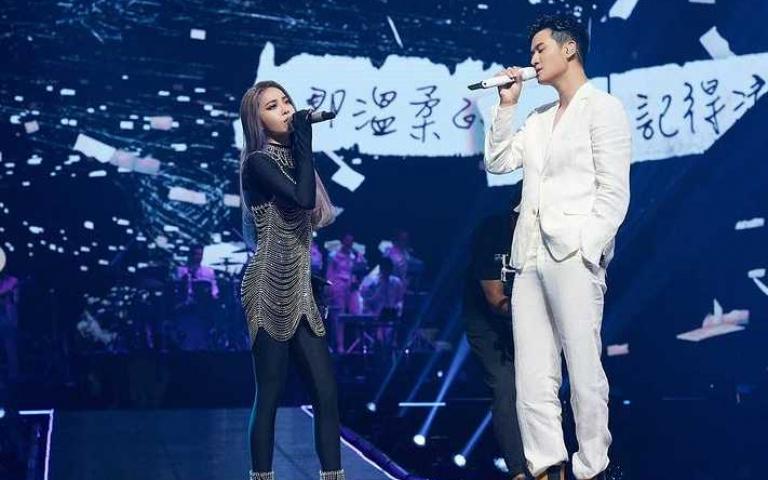 周興哲身穿FENDI春夏21系列白色西裝 驚喜現身任Jolin演唱會終場嘉賓盡顯性感王子魅力