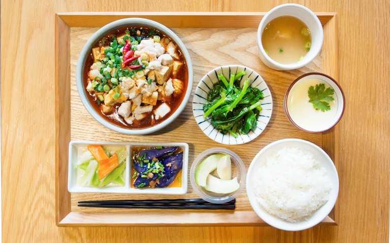 超市就是廚房!超文青「台菜定食」 午仔魚、醬瓜蒸肉和風上桌