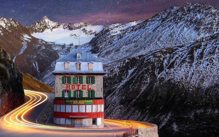 被髮夾彎包覆的瑞士孤獨飯店,佇立在世界最令人難忘的公路上