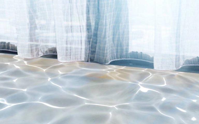將投入室內的光線化為改變空間氛圍的裝飾!日本「Water Shadow Curtain」療癒水影窗簾