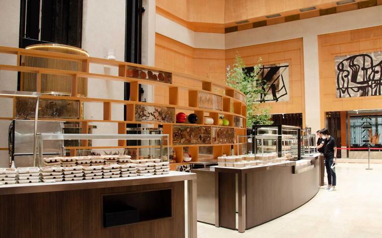 飯店變身「大販店」 自助餐檯成餐盒架 大空間採買更安心
