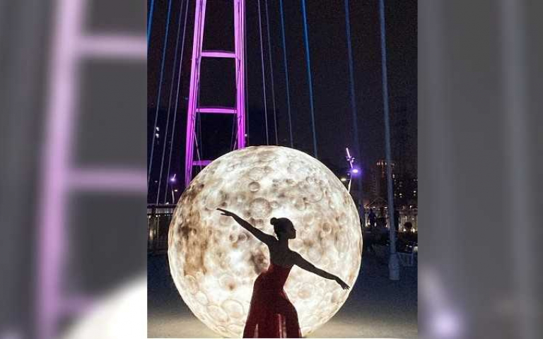 巨型月亮降臨新月橋 520最美「幸福光雕展」浪漫登場