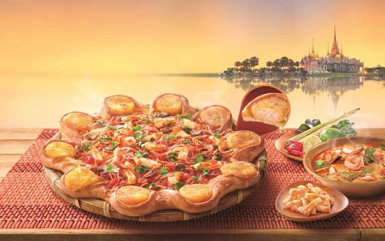 這也能做!必勝客玩哽沒在怕,「冬蔭功披薩」好狂,餅皮還嵌入「金錢蝦餅」
